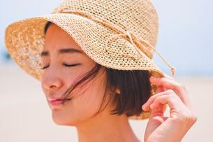 帽子を被った女性の写真素材 [FYI00603466]