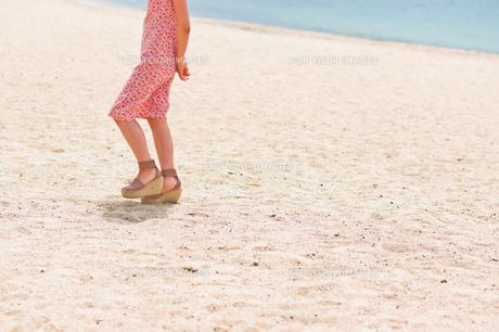 砂浜を歩く女性の足元の素材 [FYI00603468]