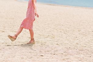 砂浜を歩く女性の足元の素材 [FYI00603471]