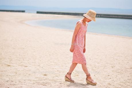砂浜を歩く女性の足元の素材 [FYI00603472]