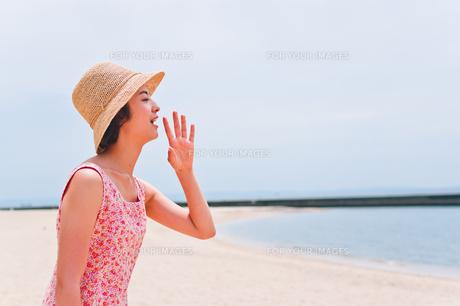 砂浜で叫ぶ女性の素材 [FYI00603473]