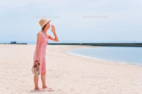 砂浜で叫ぶ女性の素材 [FYI00603476]