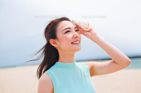 汗を拭く笑顔の女性の素材 [FYI00603479]