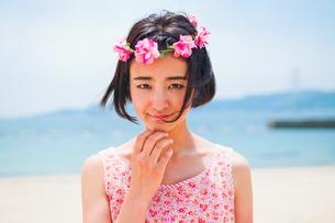 砂浜に立つ花かんむりをした女性の素材 [FYI00603481]