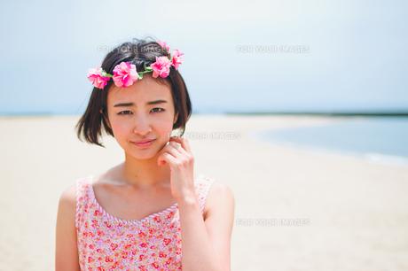砂浜に立つ花かんむりをした女性の素材 [FYI00603483]