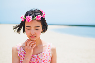 砂浜に立つ花かんむりをした女性の素材 [FYI00603485]