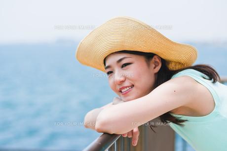 海を眺める女性の素材 [FYI00603493]