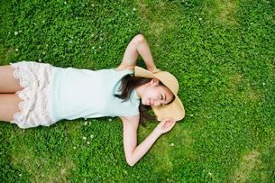 芝生に寝転ぶ女性の素材 [FYI00603494]