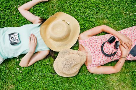 芝生に寝転ぶ二人の女性の素材 [FYI00603500]