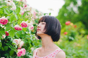 花の前に立つ女性の素材 [FYI00603502]
