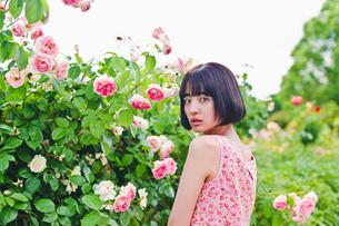花の前に立つ女性の素材 [FYI00603505]