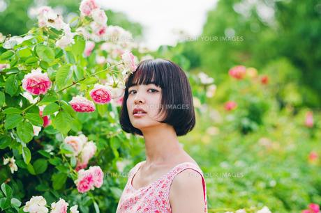 花の前に立つ女性の素材 [FYI00603506]