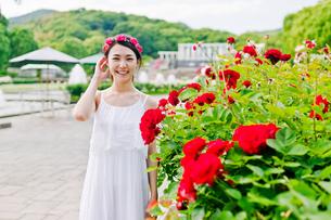 花の前に立つ女性の素材 [FYI00603513]