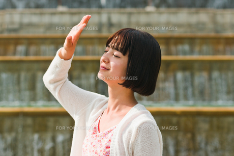 顔を手で覆う女性の素材 [FYI00603517]