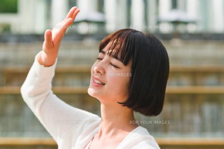 顔を手で覆う女性の素材 [FYI00603518]