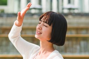 顔を手で覆う女性の写真素材 [FYI00603518]