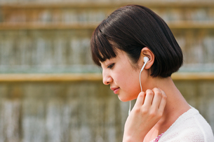 音楽を聴く女性の写真素材 [FYI00603523]