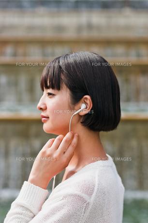 音楽を聴く女性の素材 [FYI00603524]
