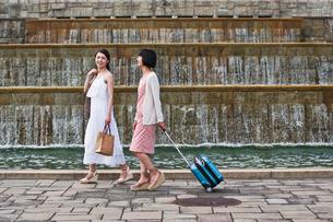 公園を歩く女性二人の素材 [FYI00603528]