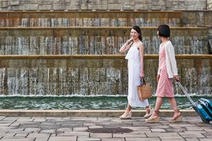 公園を歩く女性二人の素材 [FYI00603529]