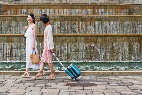 公園を歩く女性二人の素材 [FYI00603530]