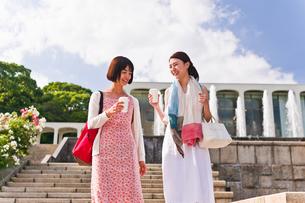 カップを片手に会話する女性の写真素材 [FYI00603531]