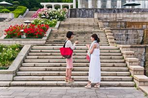 階段で話す女性の写真素材 [FYI00603533]