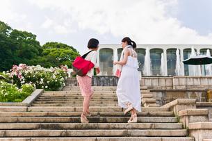 階段を上りながら会話する女性の素材 [FYI00603534]