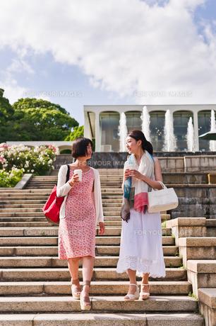階段を下りながら会話する女性の写真素材 [FYI00603536]