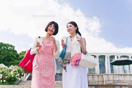 カップを片手に会話する女性の素材 [FYI00603537]