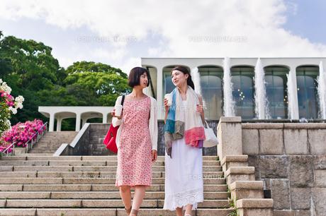 階段を下りながら会話する女性の素材 [FYI00603538]