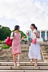 カップを片手に会話する女性の写真素材 [FYI00603540]