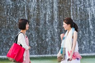 会話する女性二人の素材 [FYI00603547]