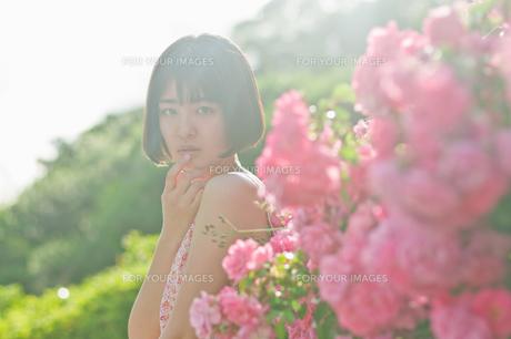 花と女性の素材 [FYI00603556]