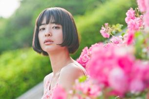 花と女性の素材 [FYI00603559]