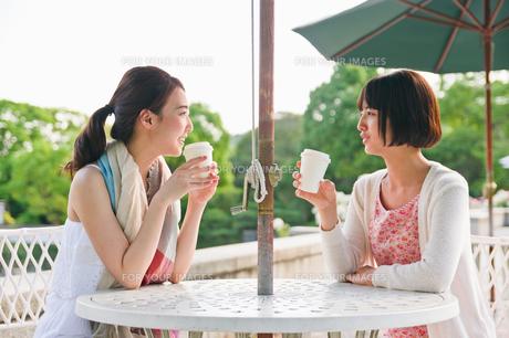 ガーデンテーブルで会話する女性の素材 [FYI00603560]