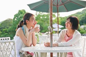 ガーデンテーブルで会話する女性の素材 [FYI00603562]