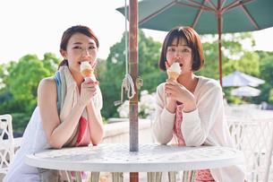 ソフトクリームを食べる女性の素材 [FYI00603563]