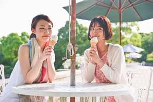 ソフトクリームを食べる女性の素材 [FYI00603566]