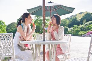 ソフトクリームを食べる女性の素材 [FYI00603568]