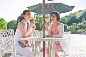 ソフトクリームを食べる女性の素材 [FYI00603569]