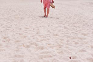 砂浜を歩く女性の後ろ姿の素材 [FYI00603576]