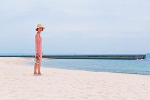 砂浜で振り向く女性の素材 [FYI00603578]