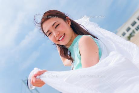 白い布を持つ女性の素材 [FYI00603581]