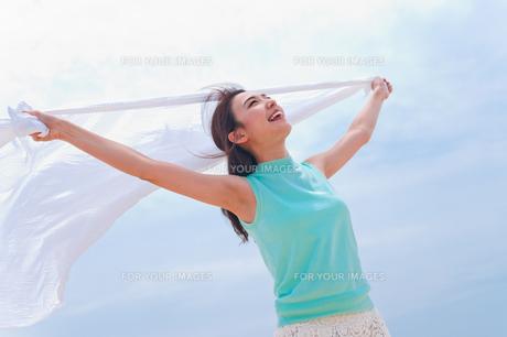 白い布を持つ女性の素材 [FYI00603582]