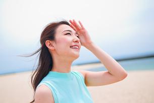 空を見上げる笑顔の女性の素材 [FYI00603584]