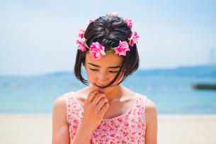 砂浜に立つ花かんむりをした女性の素材 [FYI00603586]