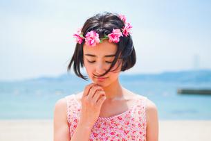 砂浜に立つ花かんむりをした女性の写真素材 [FYI00603587]