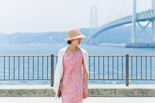 帽子を深く被った女性の素材 [FYI00603592]