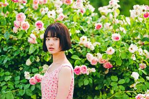 花の前に立つ女性の素材 [FYI00603597]